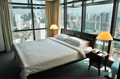 Master Bedroom with surround floor to ceiling glass window - Times Square- KL City Service Suite near TwinTower - Kuala Lumpur - rentals