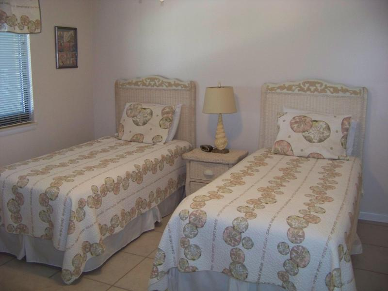 Bedroom with 2 twin beds - Wind Drift 610 - Beautiful White Sugar Sands - Orange Beach - rentals