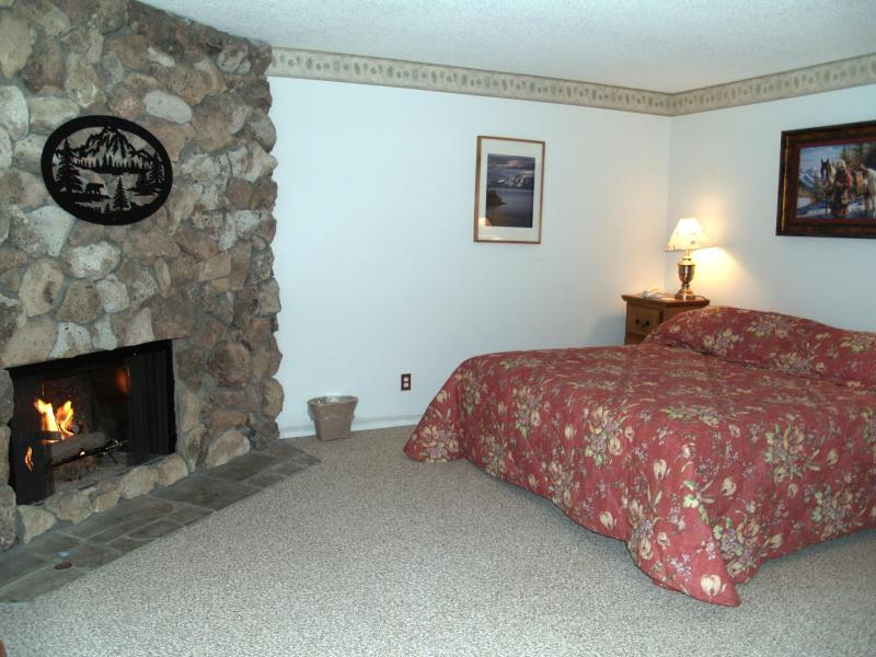 Master Bedroom Snowbear Lodge/ King Bed - Hot tub WIFI,Near Casinos/Heavenly $1859 Wk. Total - Stateline - rentals
