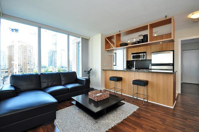 Living Room - Yaletown 2 Bdrm Spacious Furnished Suite + Office - Vancouver - rentals
