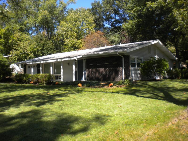 Exterior of Home with Large Mature Trees - 4 Bedroom Centrally Located West St Louis County - Saint Louis - rentals