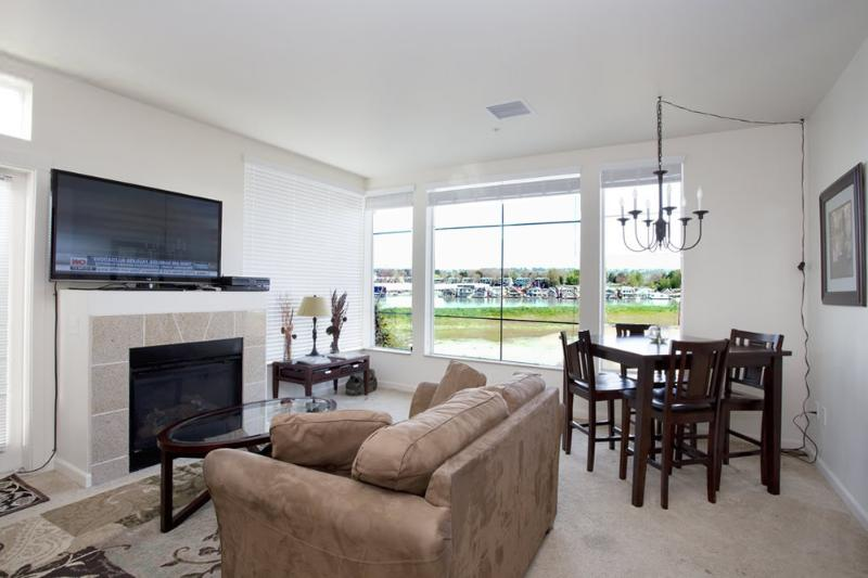 Living room w/ view - Luxury 2BD/2BA condo w/ Columbia River views - Portland - rentals