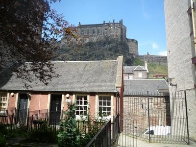 The cottage-style apartment with Edinburgh Castle behind - Chapel Wynd, with view of Edinburgh Castle - Edinburgh - rentals