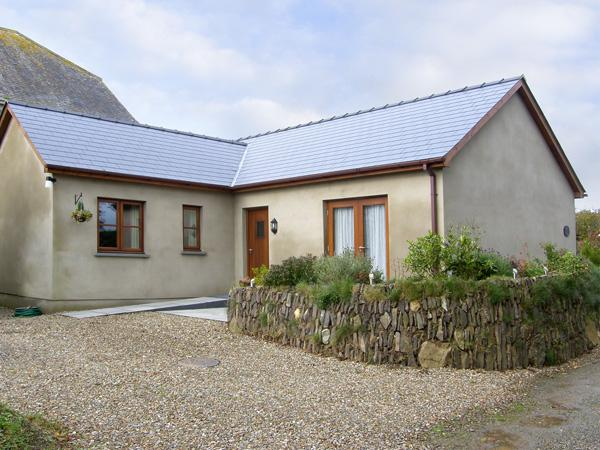 CILAU BACH, family friendly, with hot tub in Newgale, Ref 4407 - Image 1 - Newgale - rentals