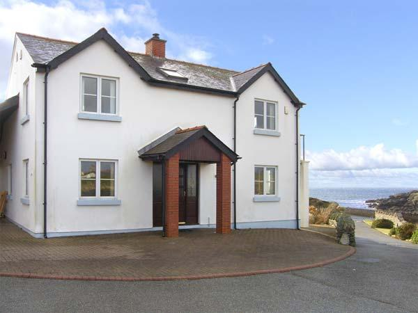 SEASCAPE, family friendly, with a garden in Trearddur Bay, Ref 4389 - Image 1 - Trearddur Bay - rentals