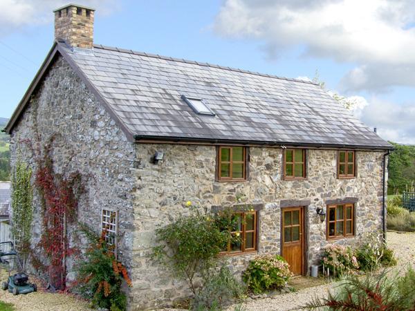 VIEW POINT COTTAGE, pet friendly, character holiday cottage, with a garden in Pedairffordd, Ref 4422 - Image 1 - Llanrhaeadr ym Mochnant - rentals