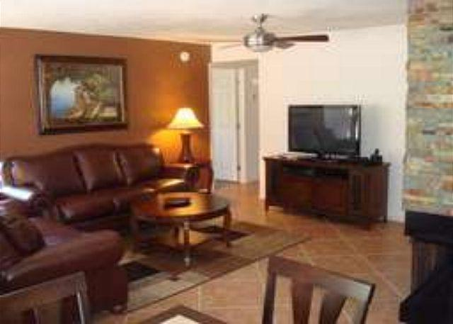 Living Room - First Floor Corner Condo with Mountain Views - This condo is also For Sale - Tucson - rentals