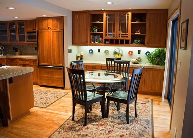 Dining area - Enchanting Condo with Mt. Bachelor View - Sunriver - rentals