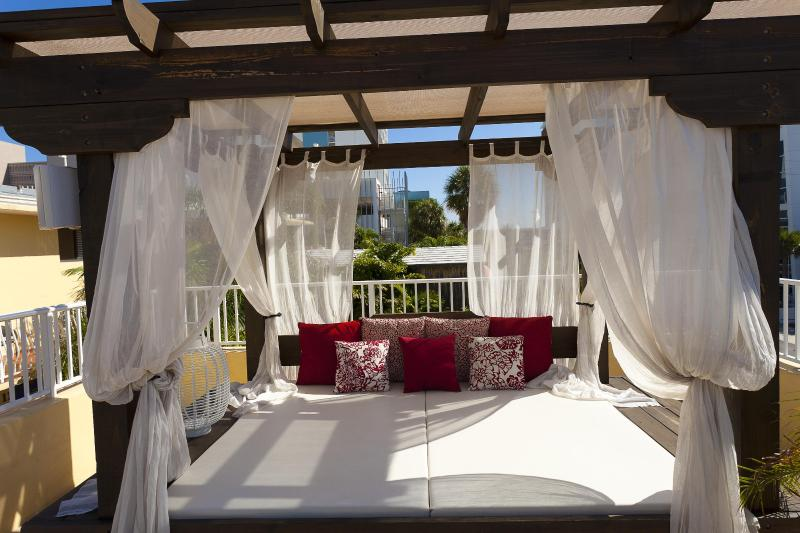 Spectacular rooftop deck - Boutique Property.........Walk to the beach - Fort Lauderdale - rentals