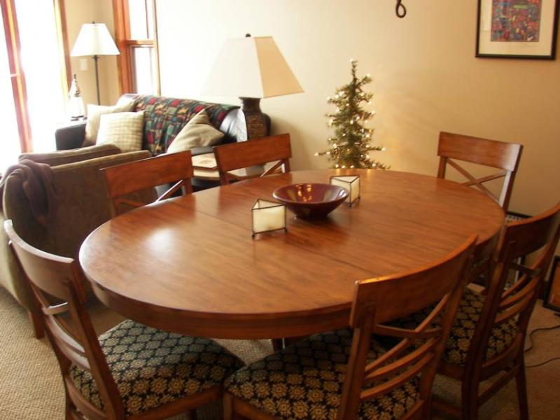 Dinning room seats 6 with an additional 3 at the counter. - Woodhaven 43 - Sun Peaks - rentals