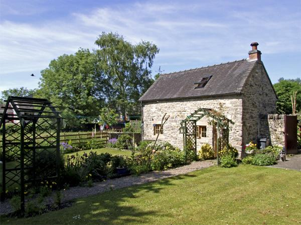 CHURCH BARN, romantic, character holiday cottage, with open fire in Fenny Bentley, Ref 4149 - Image 1 - Fenny Bentley - rentals