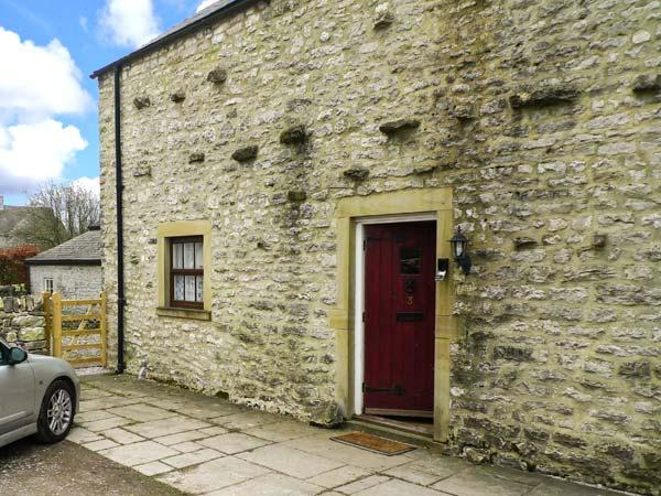 3 PRIMITIVE MEWS, family friendly, character holiday cottage, with a garden in Chelmorton, Ref 4440 - Image 1 - Chelmorton - rentals
