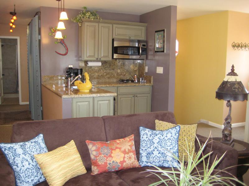 Open floor plan - entry, living room, kitchen - A Cheerful Pied A Terre - Walk to Shops & Beaches - Long Beach - rentals