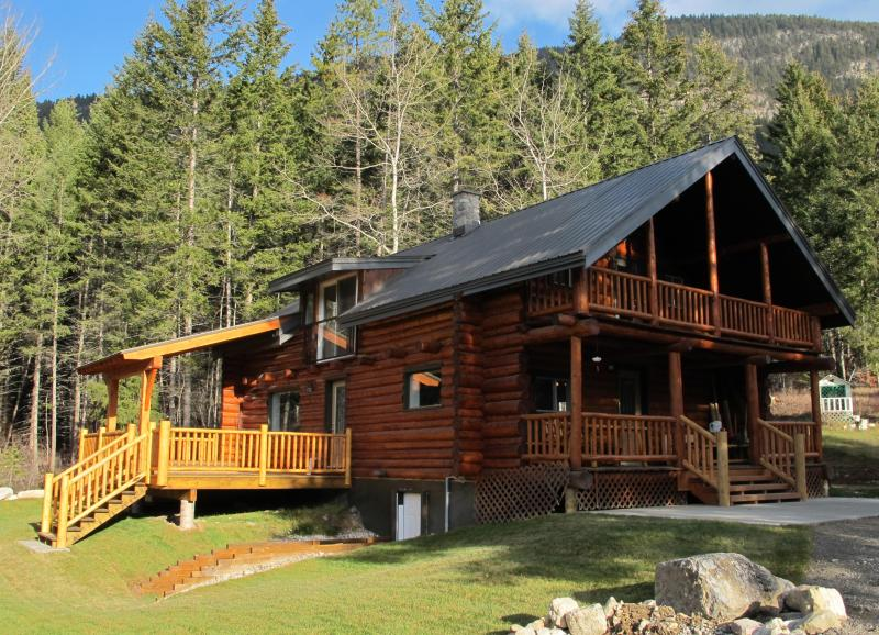 Come and enjoy the magic of Smiley Wolf Cabin -  a blend of rustic and comfort - Smiley Wolf Cabin - Magical place near Golden, British Columbia - Golden - rentals