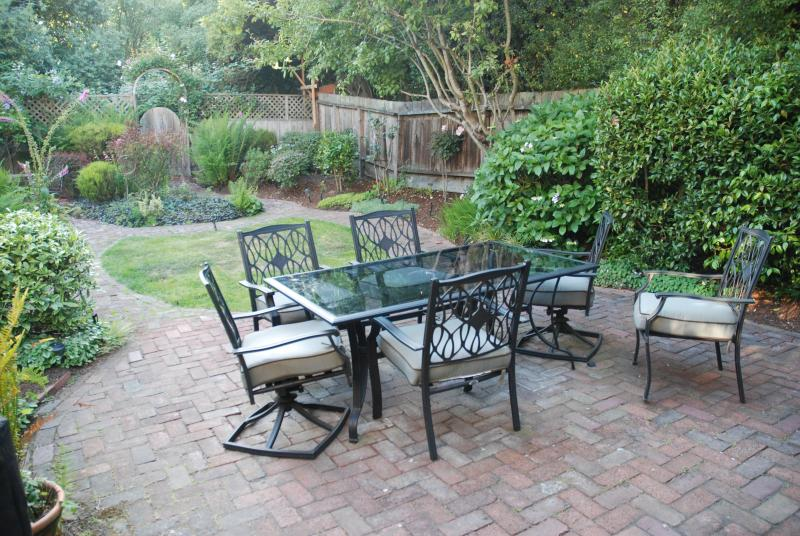 Garden table and chairs allow for great family dinners outdoors. - Nestled up to the Presidio Park. - San Francisco - rentals