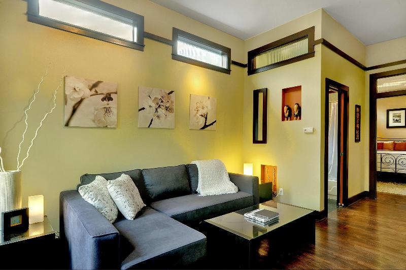 Living room with cozy chaise lounge sleeper sofa - Capitol Cottage - Pure Privacy In The City! - Seattle - rentals