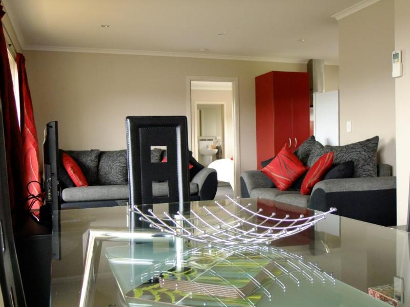 Open Plan Living/Dining Area - No 16 Motu-Au Close Cottage, Fiordland - Manapouri - rentals