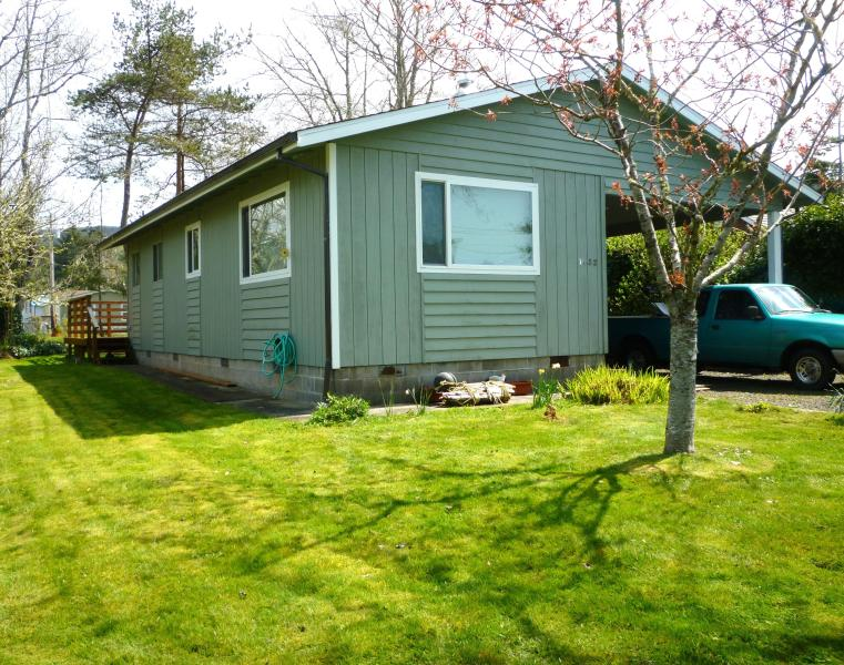 lawn in front and northside of house - Rockaway Beach House - Rockaway Beach - rentals