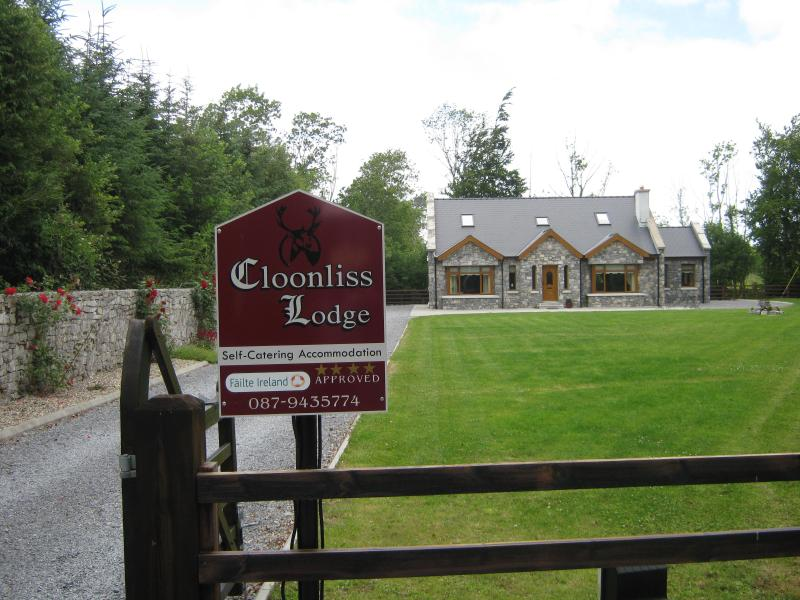Cloonliss Lodge Self Catering Holiday Home on Private Grounds - Ideal Base for Touring the West - Luxurious 4 Bedroom House  in the West of Ireland - Roscommon - rentals