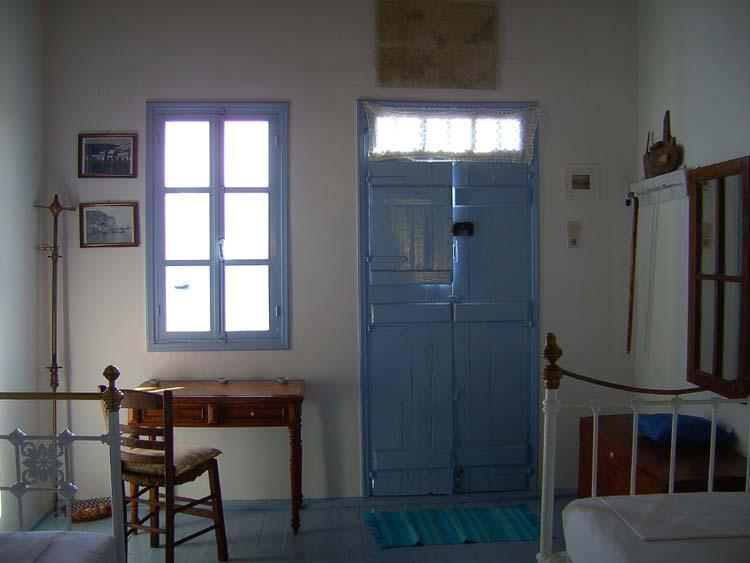 upstairs,the 2 single beds - MIMALLIS TRADITIONAL HOUSE (SYRMA HOUSE) - Klima - rentals