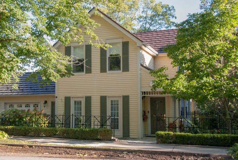 Welcome to Andrew Logan House - downtown & a view- walk to lake,shop,dine,theatre - Niagara-on-the-Lake - rentals