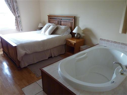 Air massage tub in master bedroom - 2 bedroom executive cottages Dreamweavers  Rustico - Rustico - rentals