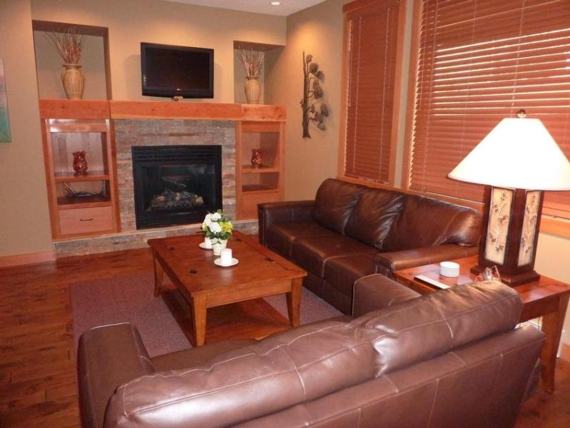 Den with fireplace, large screen TV, Cable and DVD player. Views of the mountain and patio. - 3 BEDROOM / 3 BATH LUXURY CONDO - Rossland - rentals