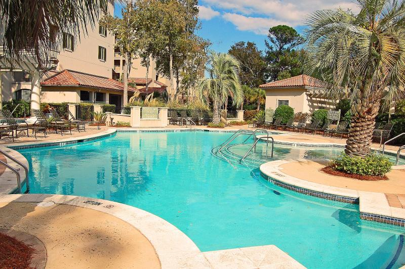 Pool with Child/Baby area; Hot Tub; Easy to use Gas Grills and Grill tools available - 407 MainSail in Shelter Cove - Hilton Head - rentals