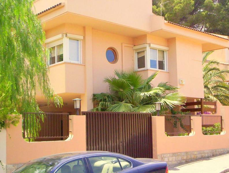 Frontview of the villa from the street. - Holiday villa with pool for 16 persons in Majorca - Playa de Palma - rentals