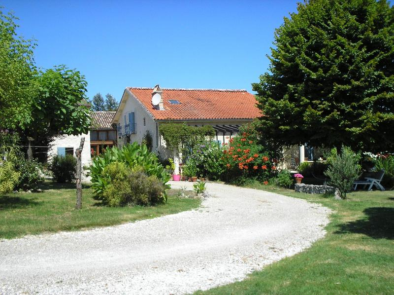 Le Manoir de Tachau on the way to the pool - LA LATERIE LUXURY FRENCH HOLIDAY COUNTRY COTTAGE - Aquitaine - rentals