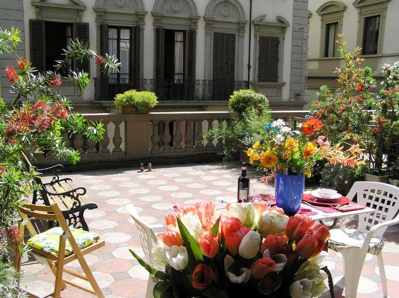 This apartment has a large private terrace where you can eat outside or just relax.  - APARTMENT CONDO PRIVATE TERRACE PATIO Duomo Area - Florence - rentals