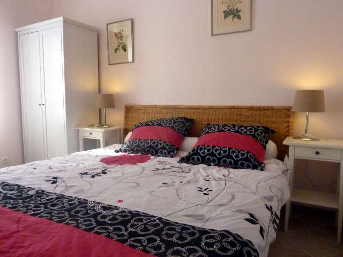 Bedroom with kingsize bed - 1 Bedroom Sunny Apartment in French Classic Home - Montblanc - rentals