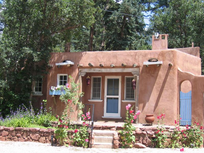 The Sanctuary of the Rose Guesthouse: 1934 historic luxury casita near Pikes Peak; Mountain views  - Luxury Guesthouse for 2 near Pikes Peak-Mtn Views! - Colorado Springs - rentals