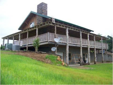 This beautiful new 4 bedroom 5 bathroom log cabin sits atop a  hill, allowing beatuiful views - Hidden Lake Lodge - Hopkinsville - rentals
