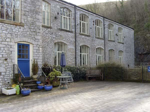6 PHOENIX BUILDING, family friendly, country holiday cottage in Litton Mill In Miller's Dale, Ref 5490 - Image 1 - Buxton - rentals