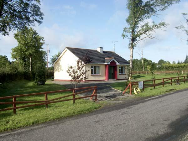 CLOON FAD, pet friendly, country holiday cottage, with a garden in Carrick-On-Shannon, County Leitrim, Ref 4618 - Image 1 - Kilmore - rentals