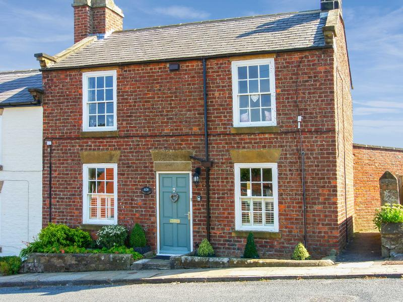 CROFT VIEW, pet friendly, luxury holiday cottage, with open fire in Robin Hood'S Bay, Ref 6735 - Image 1 - Robin Hood's Bay - rentals