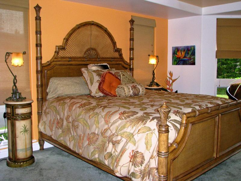 Coral master bedroom - On The Way To Hanalei, Villas of Kamali'i #56 - Princeville - rentals