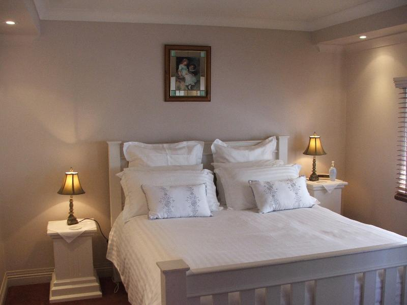 Queen size bed with top quality bedding and pillows - Ellie's Spa Cottage right in the heart of Stanley - Stanley - rentals