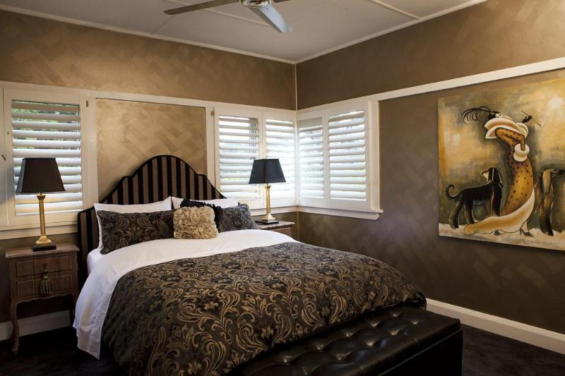 Master queen bedroom with fine linen, plush carpet - The Gatsby Katoomba - Katoomba - rentals