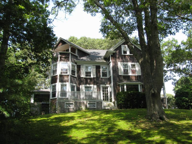 Situated atop a hill surrounded by trees - $2,900/wk Sleeps 10 in Falmouth! 2-Week Minimum - Falmouth - rentals