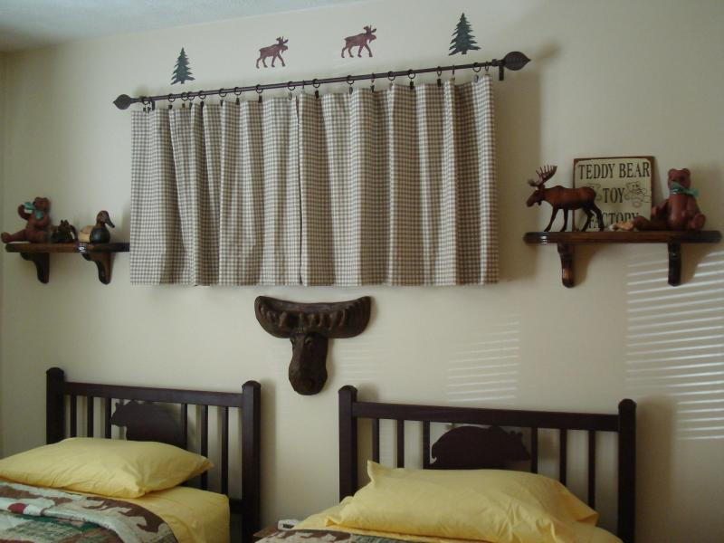 'Bear & Moose' Bedroom, adjacent full bathroom - Executive Bear Retreat: Spa HDTV  WiFi  Pool Golf - Shawnee on Delaware - rentals