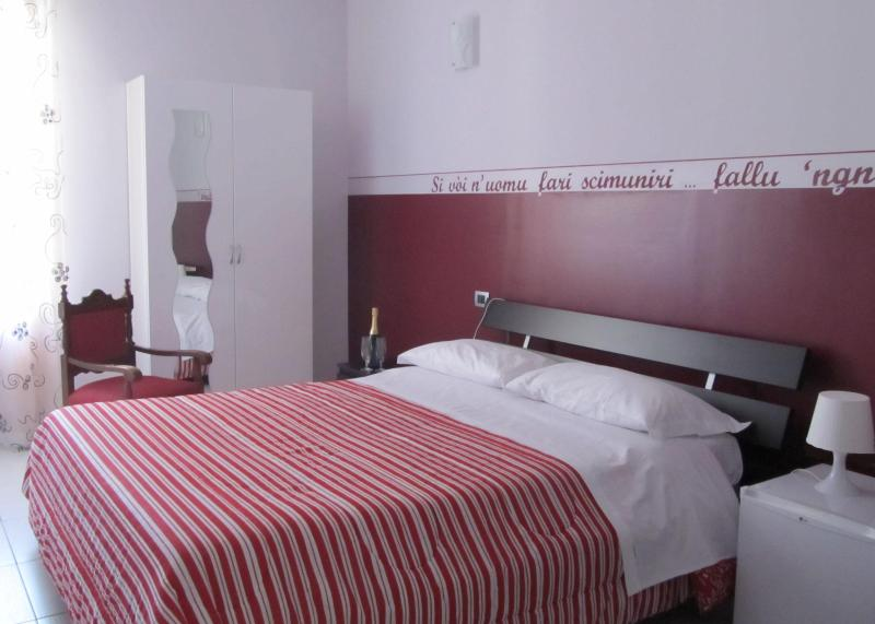 double room, with balcony, bathroom,hayr dryer,tv lcd,fridge,air condicioning,wi-fi,cots avaible. - B&B *** Persi nel Sud - Pozzallo - rentals