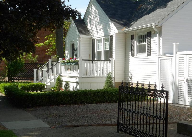 Front of The Town Cottage - Beautiful Bungalow in historic Niagara on the Lake - Niagara-on-the-Lake - rentals