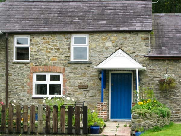 THE HOBBLE, pet friendly, country holiday cottage, with a garden in Llandysul, Ref 7084 - Image 1 - Ceredigion - rentals