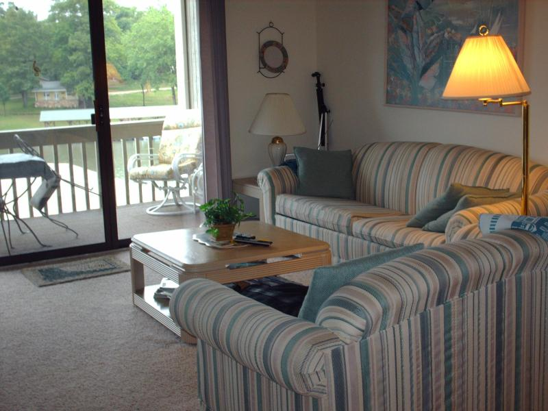 Large open floor plan with Electric Fireplace - Lake of Ozarks - 2 Bdr - On The Lake - No Steps !! - Osage Beach - rentals