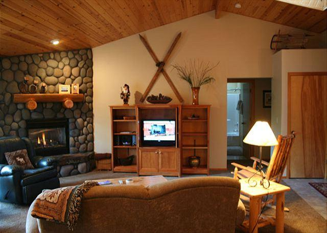 Livingroom - Modern Home with Large Great Room and Hot Tub - Sunriver - rentals