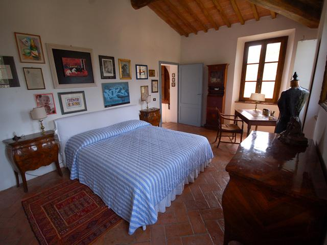 The large master bedroom is off the staircase landing. - Poderuccio 6 Tuscan Farmhouse in the Crete Sienese - Asciano - rentals