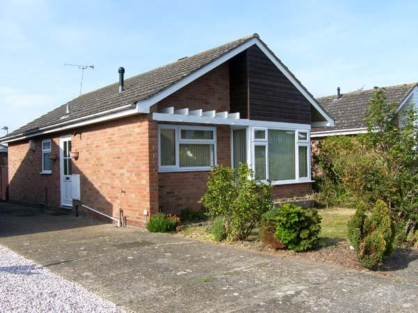 AVRIL'S COTTAGE, pet friendly, with a garden in Reydon, Ref 5991 - Image 1 - Southwold - rentals