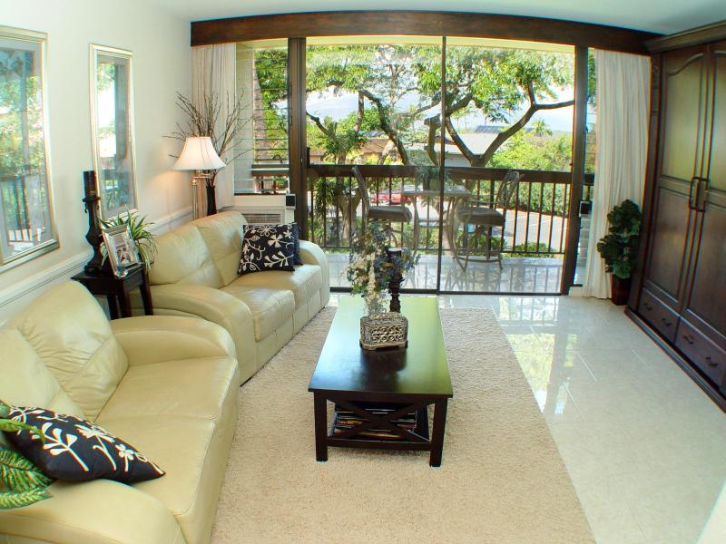 The living room facing the lanai.  It features two cozy leather loveseats and cool tile floors. - Affordable Luxury Condo on Sunny Maui - Kihei - rentals